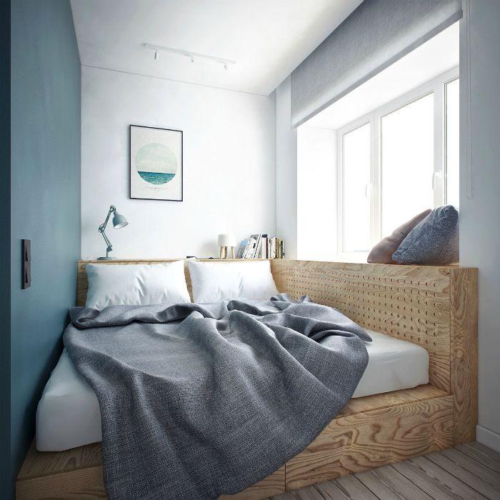 Кровать на подиуме в интерьере маленькой спальни