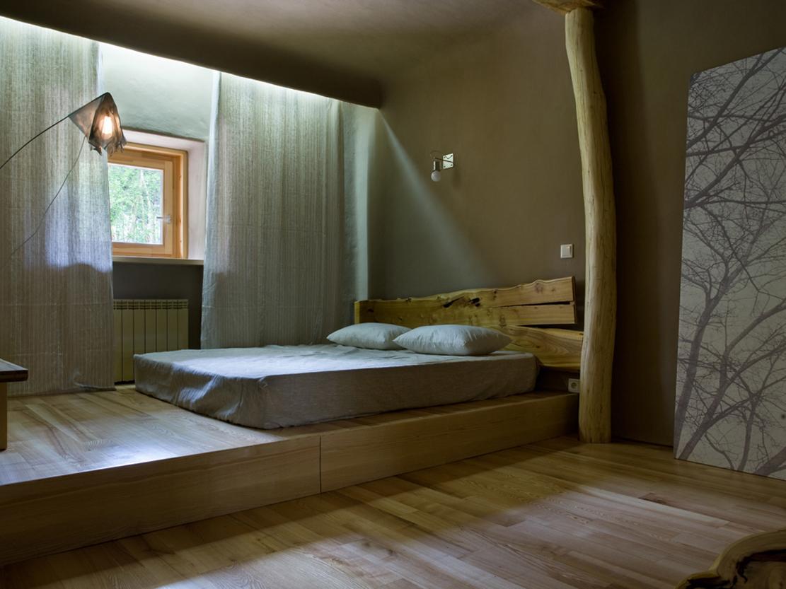 Кровать-подиум в интерьере спальни