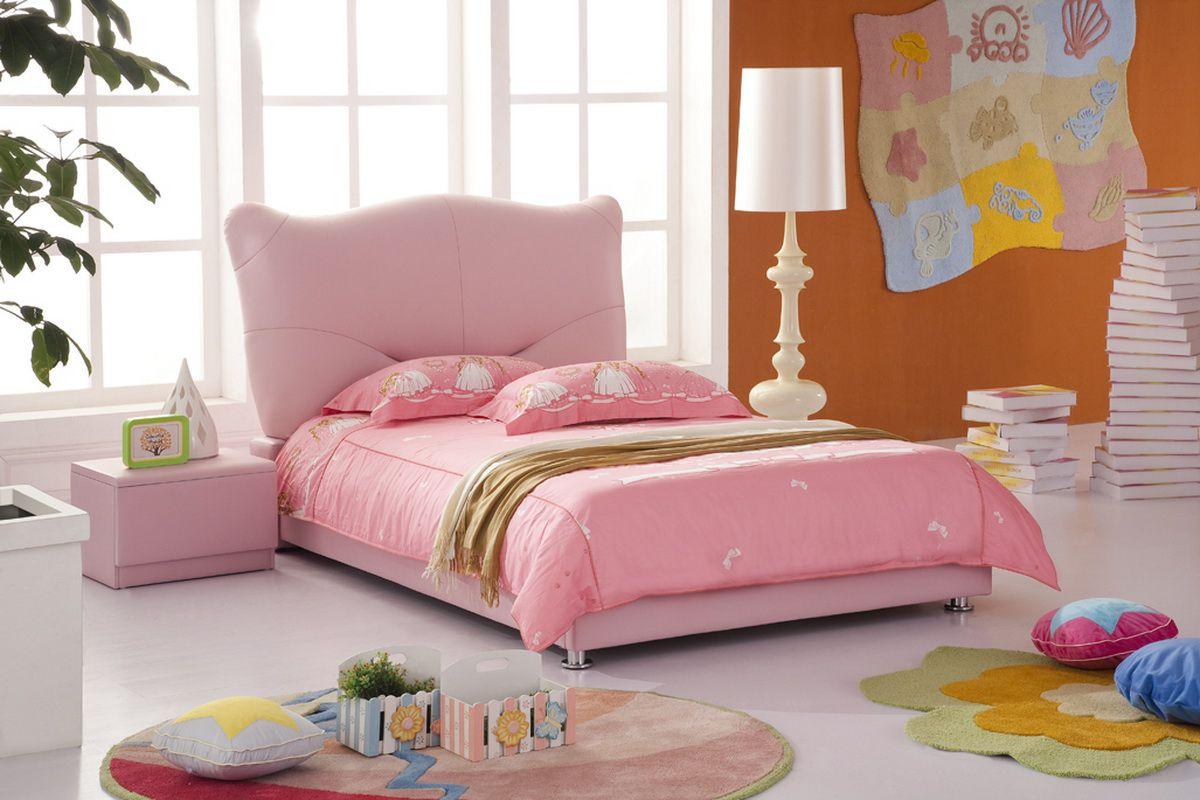 Мягкое изголовье розовой кроватки для ребенка