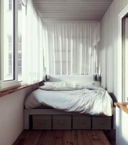Небольшая удобная кровать