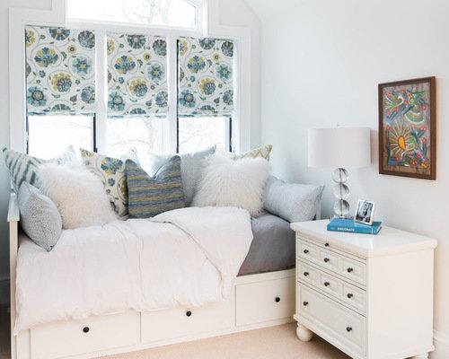 Односпальная кровать в бело-голубом классическом интерьере