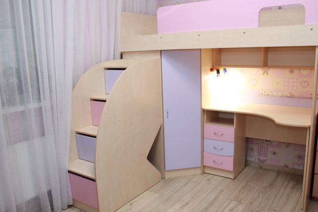 Практичная кровать в два яруса с летницей