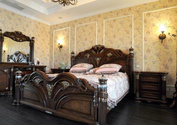 Темная резная кровать в интерьере