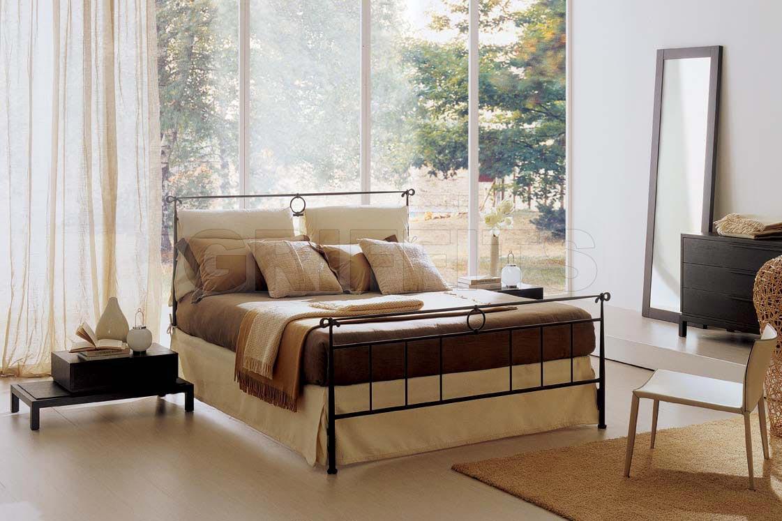 Итальянская двуспальная металлическая кровать с изножьем