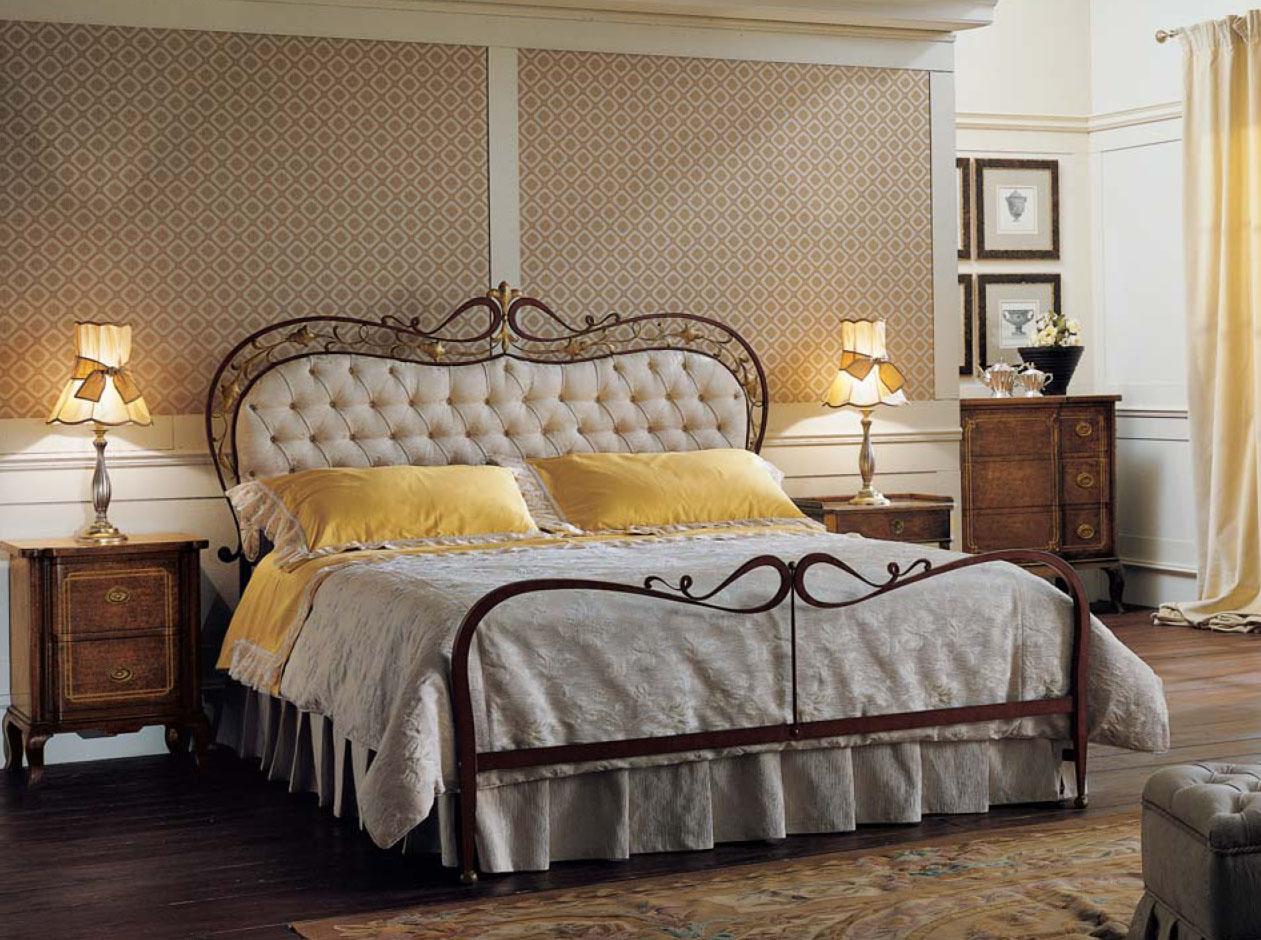 Итальянская кованая кровать с мягким изголовьем