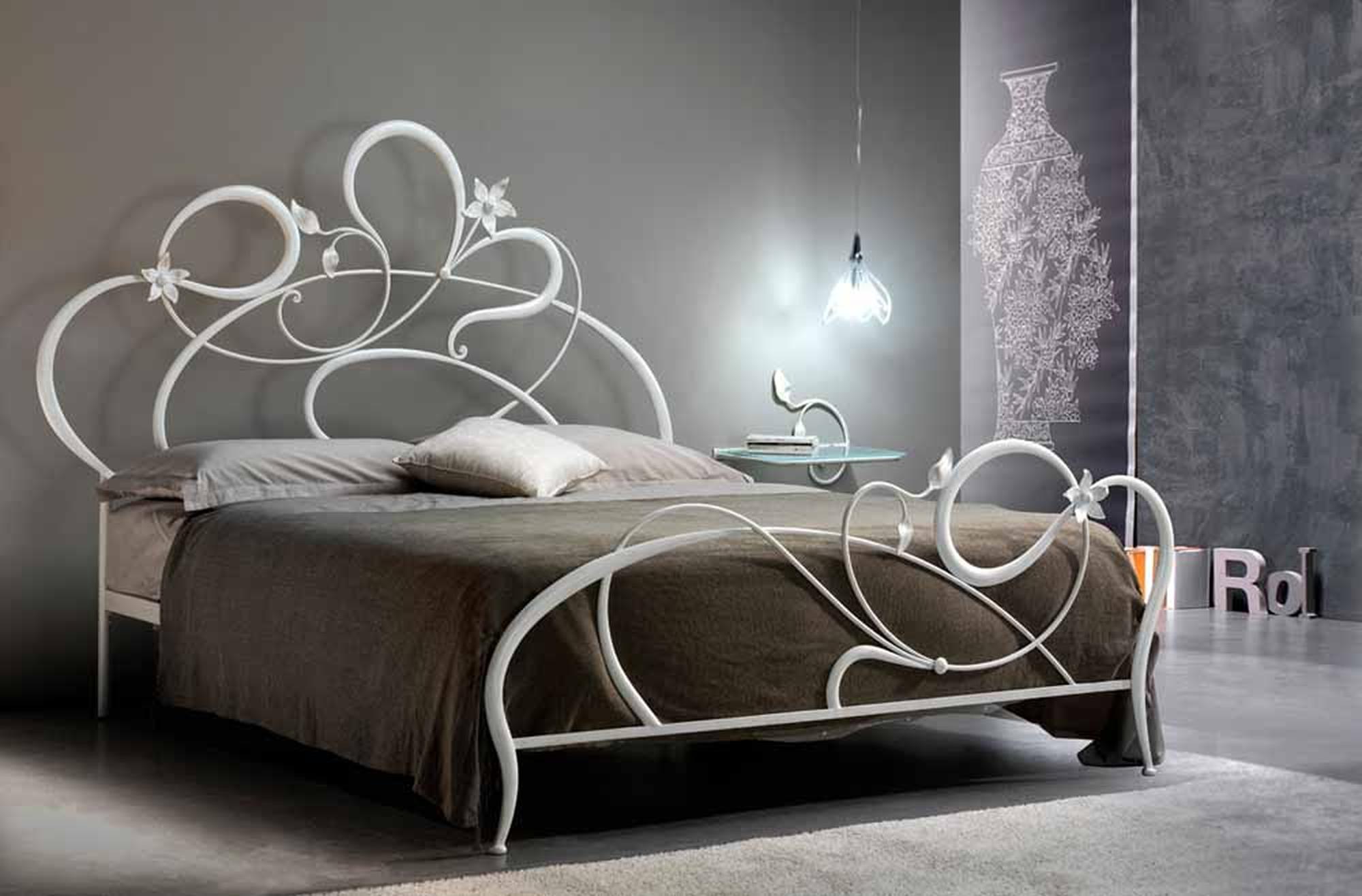Мебель – кованая кровать, классический вариант