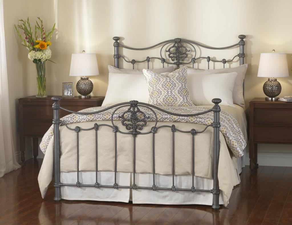 Серая металлическая кровать