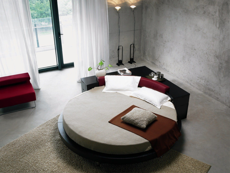 В мебельных салонах сегодня можно обнаружить королевские кровати на ножках