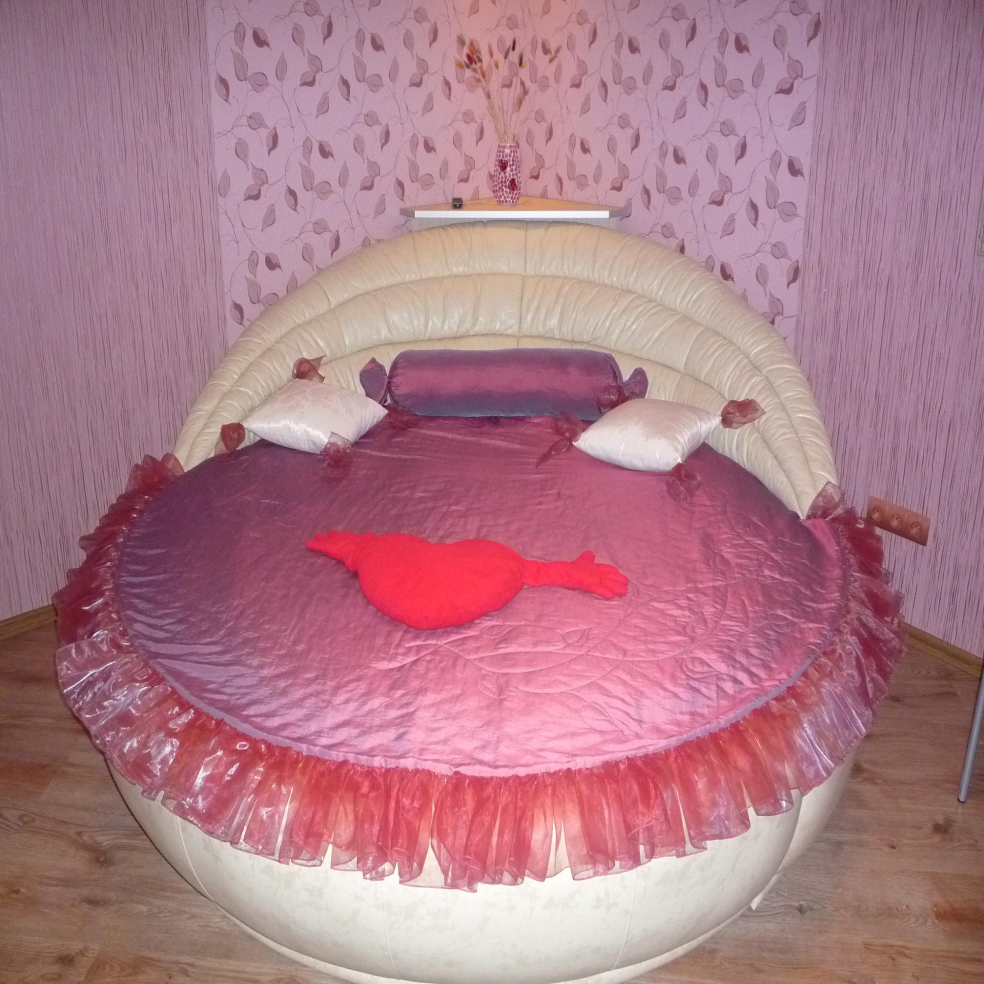 Круглая кровать с кожаной обивкой
