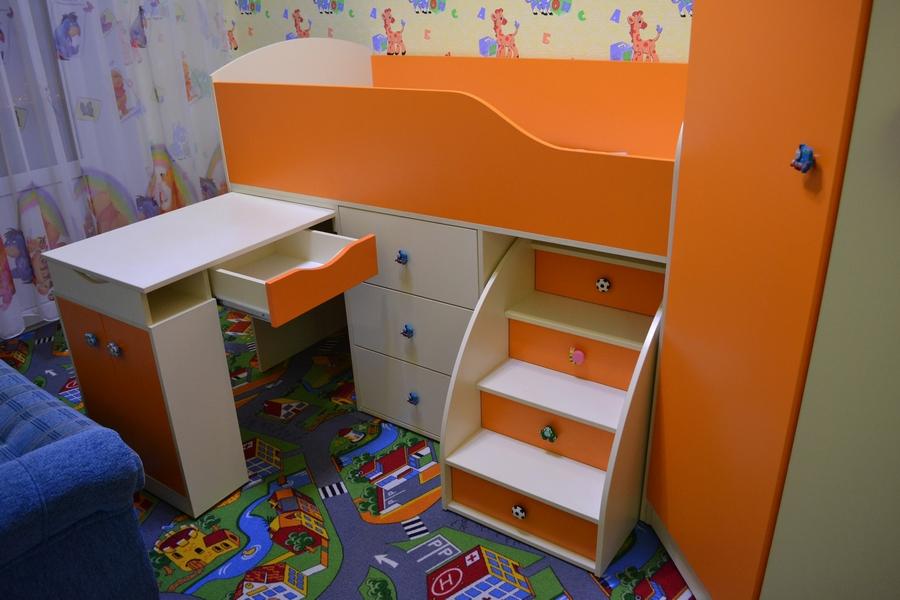 Угловой шкаф и кровать для детской комнаты