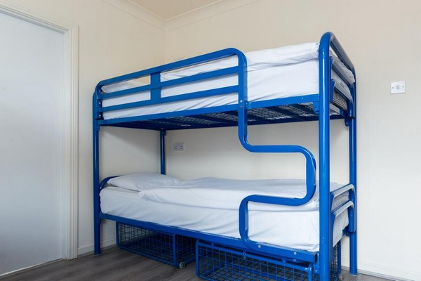 Синяя металлическая двухъярусная кровать
