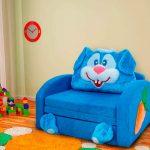 Синее кресло-кровать для маленького ребенка