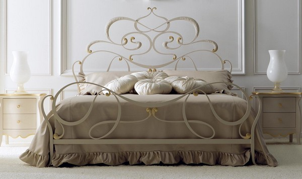 Кровать с кованным изголовьем