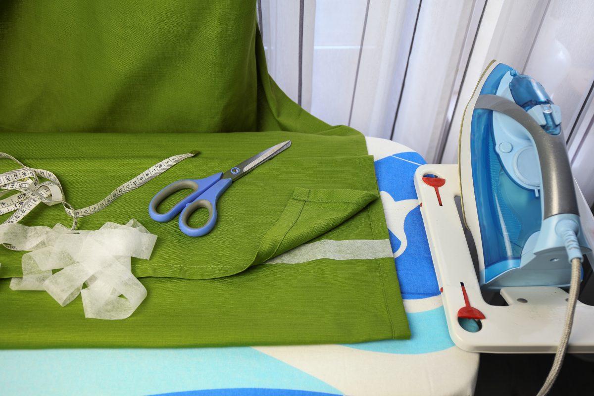 Погладить ткань утюгом