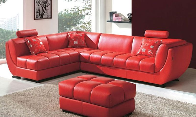 Алый кожаный диван в интерьере