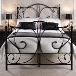 Черная металлическая кровать