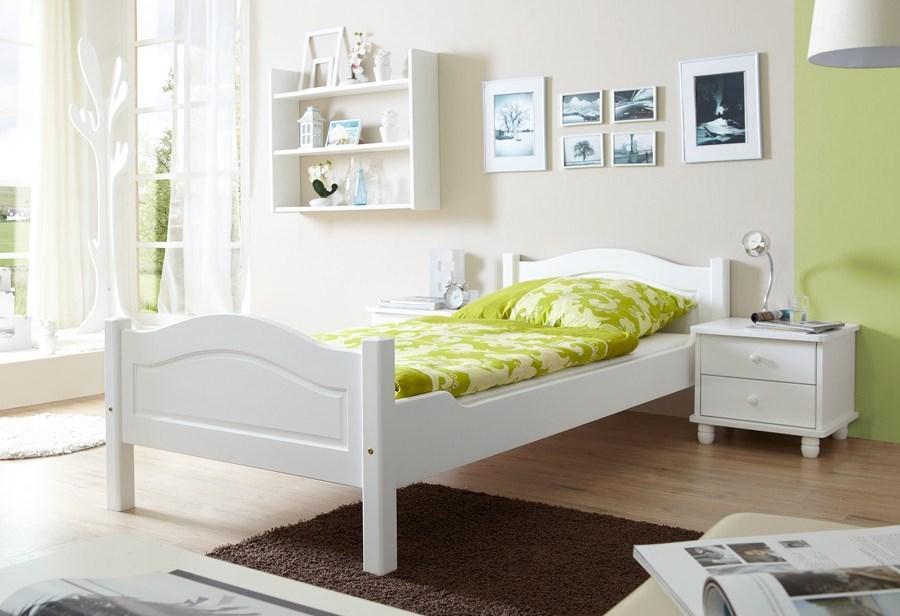 Деревянная кровать покрашенная