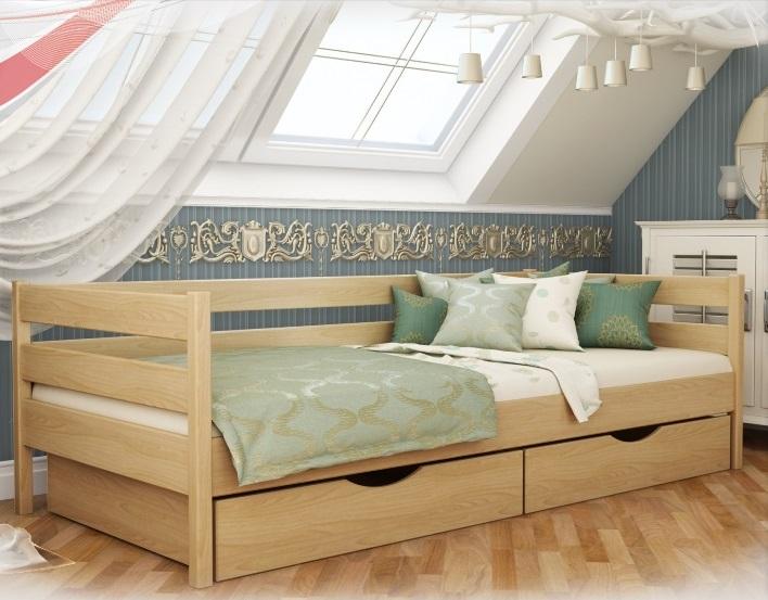 Деревянная кровать в интерьере