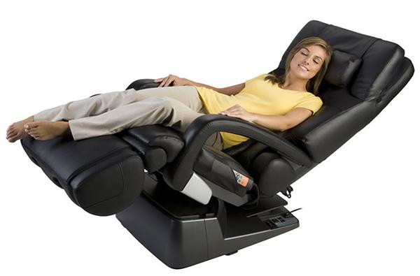 Девушка в массажном кресле