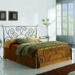 Двуспальная кровать с необычным изголовьем