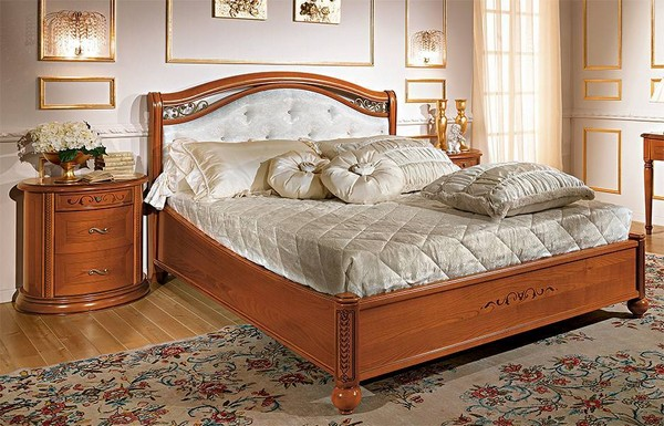 Двуспальная кровать в классическом стиле