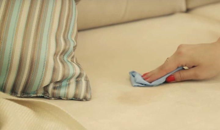 Как очистить тканевый диван от пятен крови