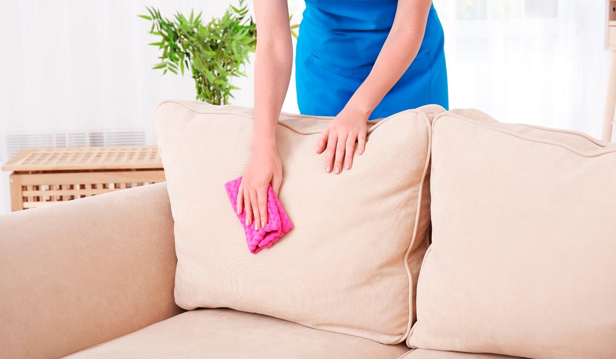Как отстирать пятна крови с дивана