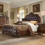 Классическая кровать из массива дерева