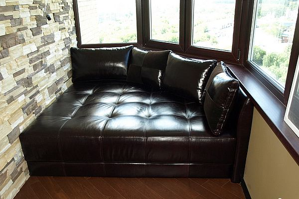 Кожаный диван на балконе