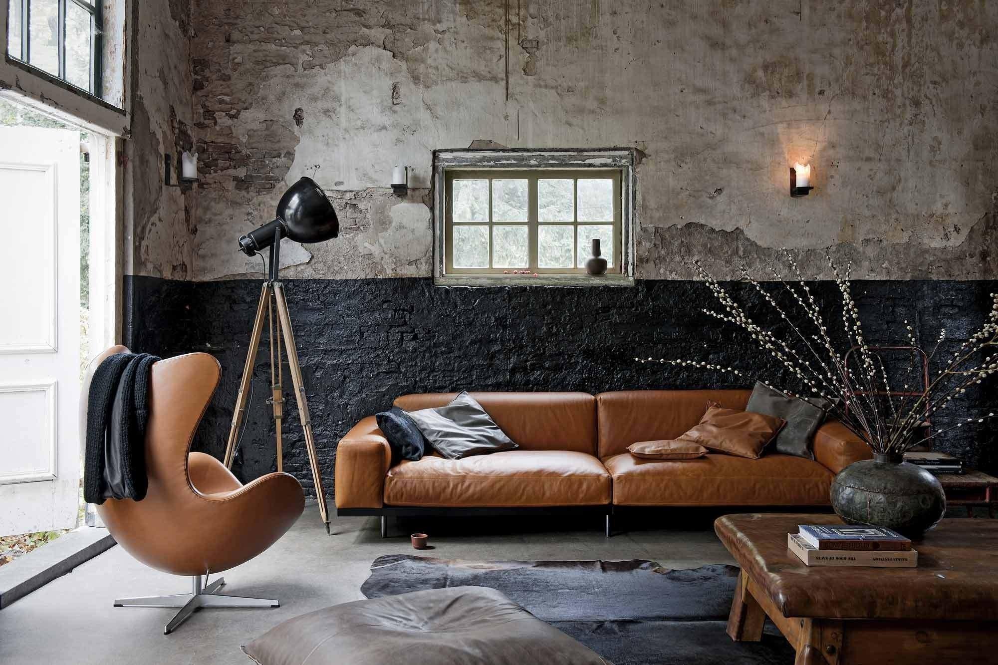 Кожаный коричневый диван в индустриальном стиле