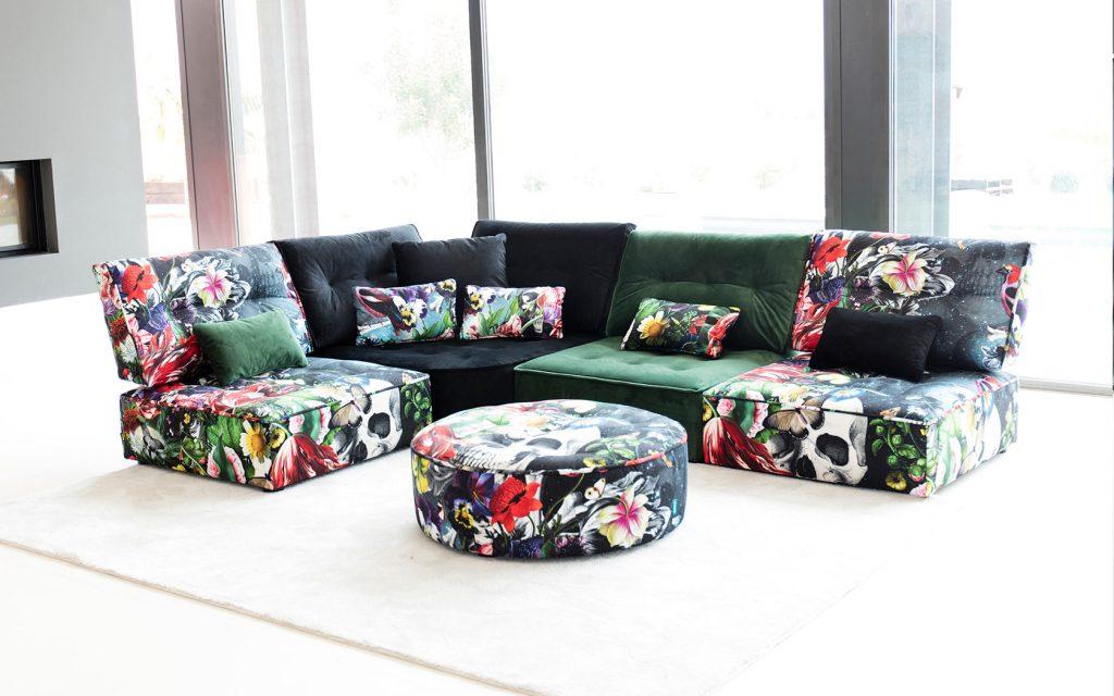 Красивый разноцветный диван