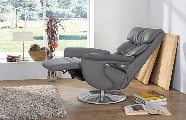 Кресло с механизмом реклайнер в интерьере
