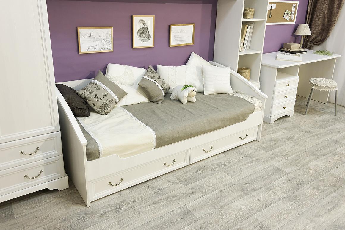 Кровать-диван с подушками