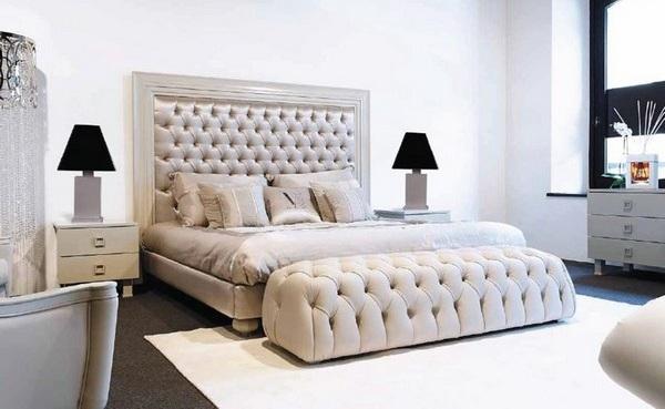 Кровать с высокой кожаной спинкой