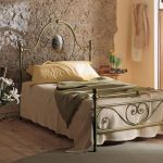 Кровать со стильным кованым изголовьем