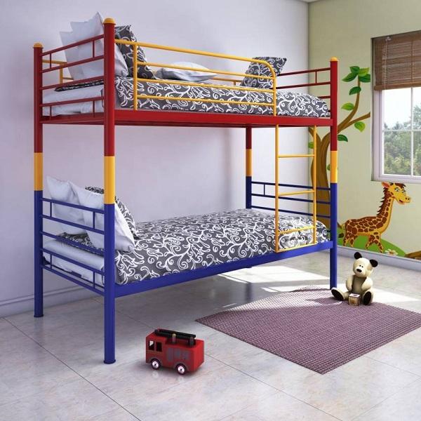 Разноцветная металлическая кровать