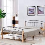 Металлическая кровать с деревянными ножками
