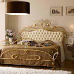 Металлическая кровать с кожаным изголовьем