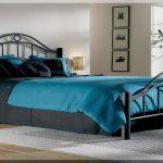 Металлическая кровать в интерьере