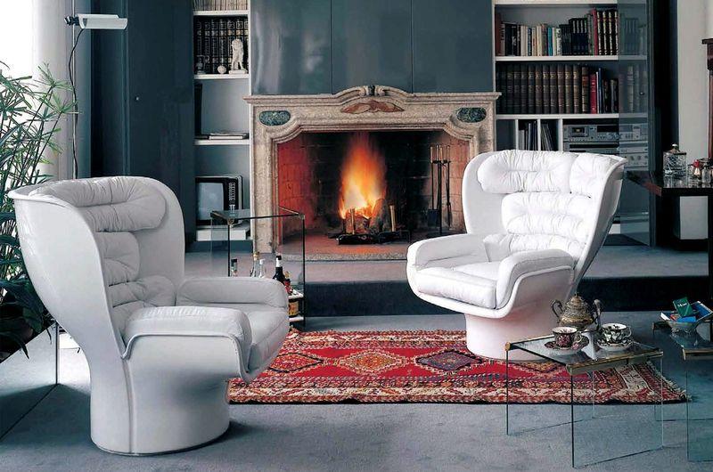 Белые кресла на подставке