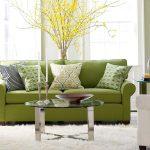 Небольшой зеленый диван