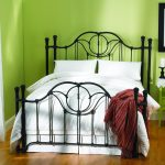 Полуторная кровать в зеленом интерьере