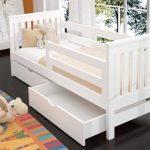 Простая кровать в детскую