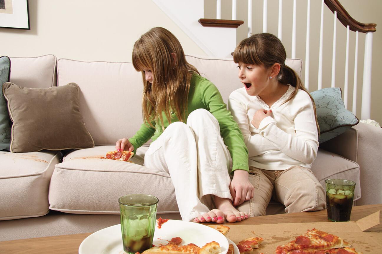 Пятна от пиццы на диване