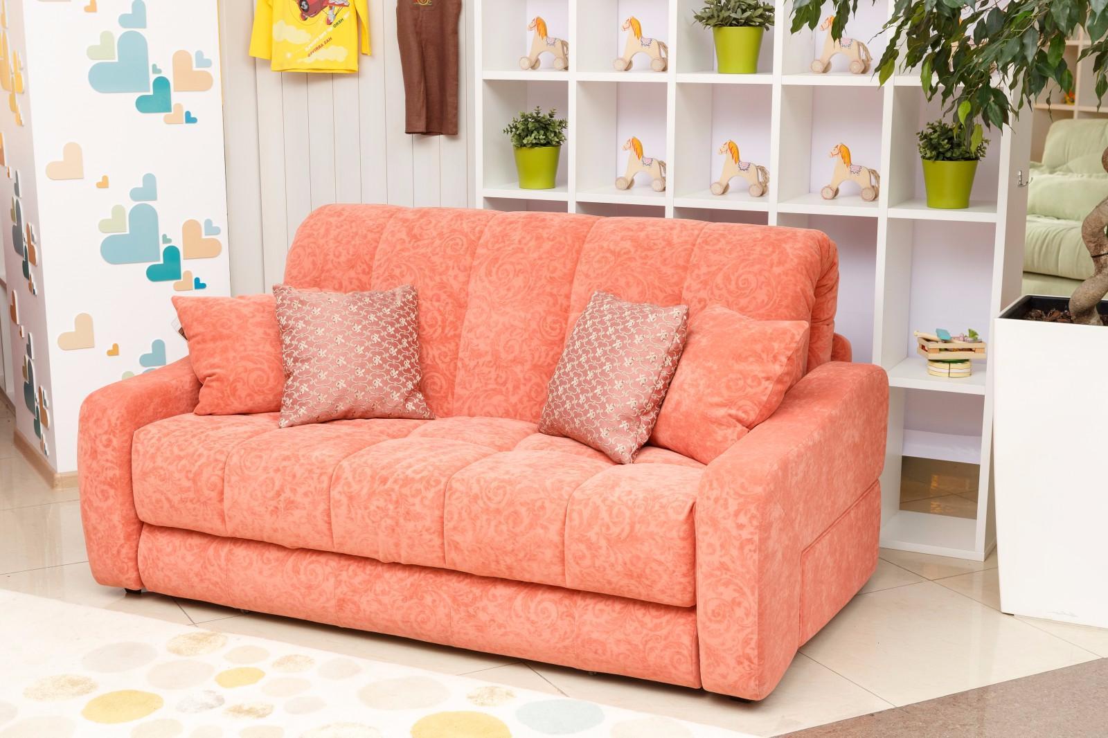Розовый диван для детской