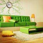 Салатовый диван и оранжевые акценты в интерьере