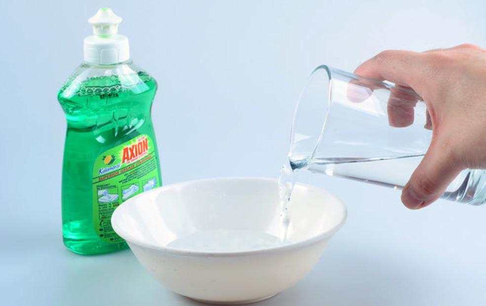 Средство для мытья посуды с водой