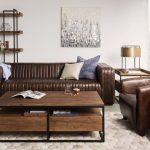 Стильный интерьер с коричневым диваном