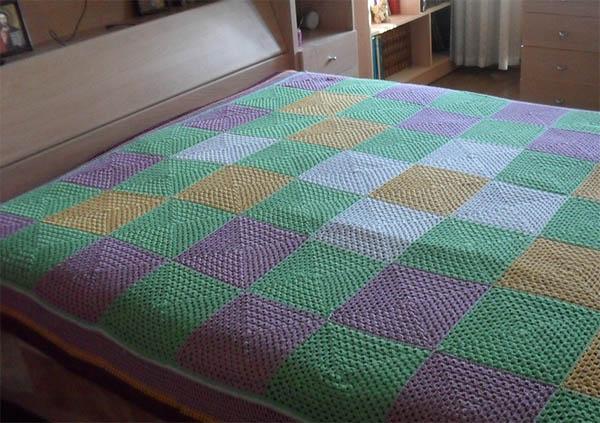 Вязаное покрывало на кровать из квадратов