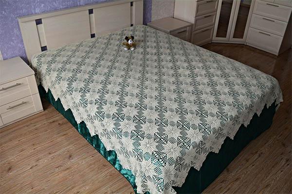 Вязаное тонкое ажурное покрывало на кровать